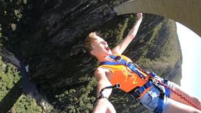 Прыжок спиной с самого высокого моста для банджи-джампинга
