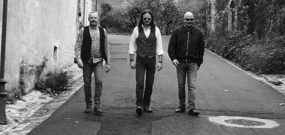 Blackjack wedding band France - A party covers band playing rock, indie and soul classics from the last seven decades. Also available as a solo guitarist.
