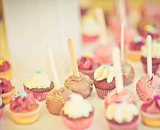 """Fabulous wedding cakes and """"Sweet tables"""" that include cupcakes, macroons and cake-pops in the basque region."""