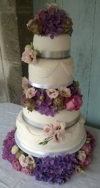 Specialistsin creating beautiful wedding cakesthat will impress your guests and provide a stunning centrepiece for your special day.