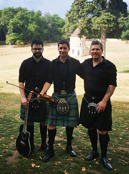 Our Scottish ceilidh band is the perfect choice for an interactive high energy performance at weddings in France.