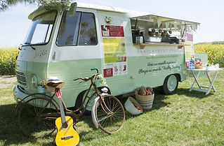 A mobile, vintage juice bar offerring fresh juices; fruit packed smoothies; old fashioned milkshakes & frozen yoghurts.