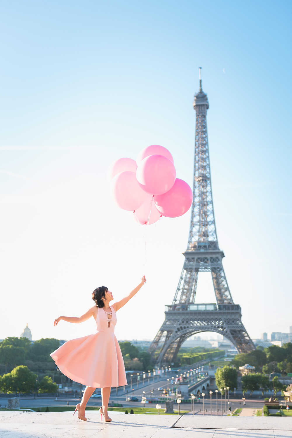 Prewedding in Paris with pink balloons