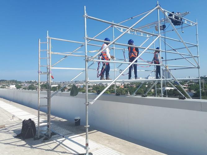 Torre de andamios multidireccional para izaje de cargas.