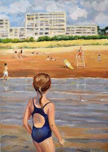 Petite fille rejoignant la plage