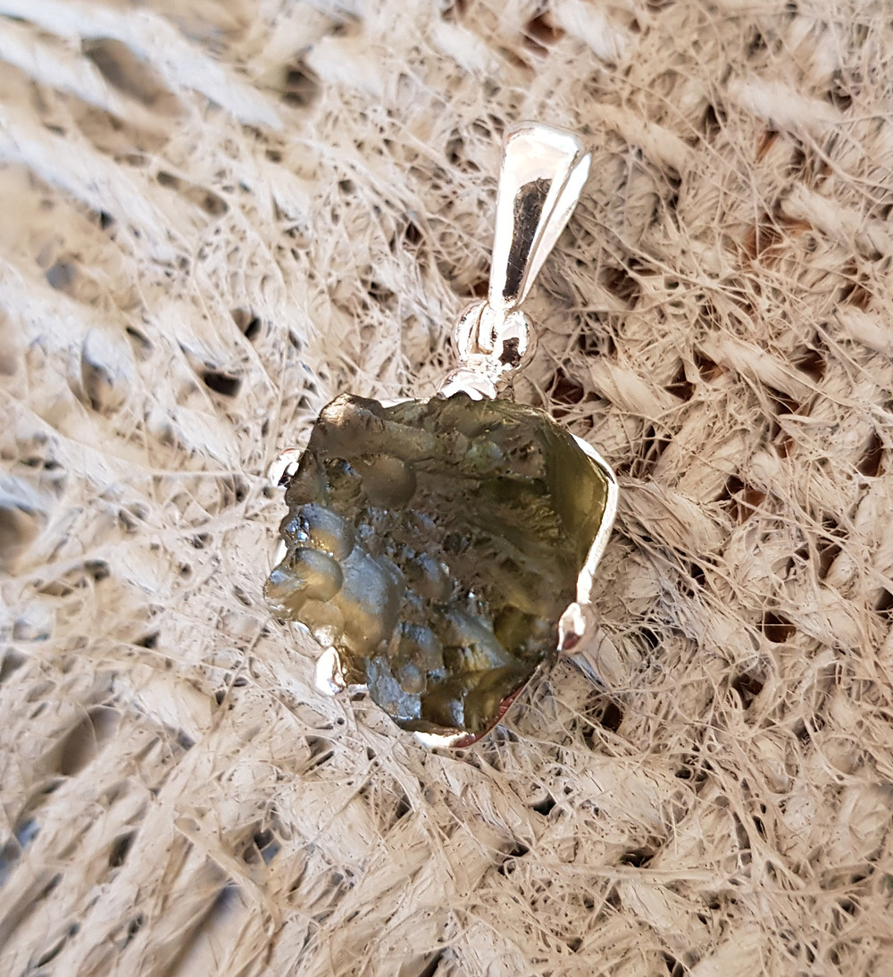 Silberanhänger mit Moldavit, einem natürlichen, durch den Meteoriteneinschlag im Nördlinger Ries entstandenen grünen Glas