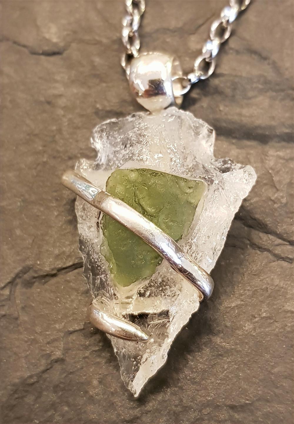 Phantasievolle Verbindung in Silber, von einer Bergkristall-Pfeilspitze mit Moldavit, tragbar als Kettenanhänger