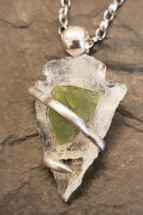 Pfeilspitze aus Bergkristall mit integriertem Moldavit, von Starborncreations