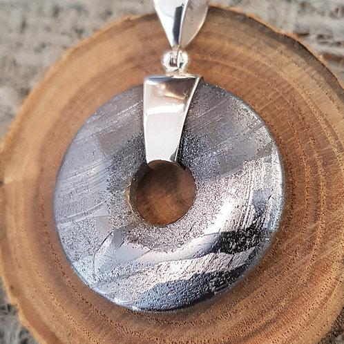 Donut aus Gibeon Meteorit mit Silberaufhängung, von Starborncreations