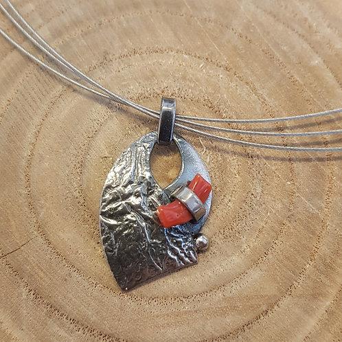 Silberanhänger mit Koralle an Stahlreif, von Büttnerschmuck