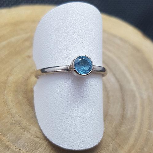 Feiner Silberring mit rundem fascettiertem Blautopas