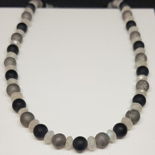 Collier, graue Achatkugeln mit Onix und Regenbogenmondstein