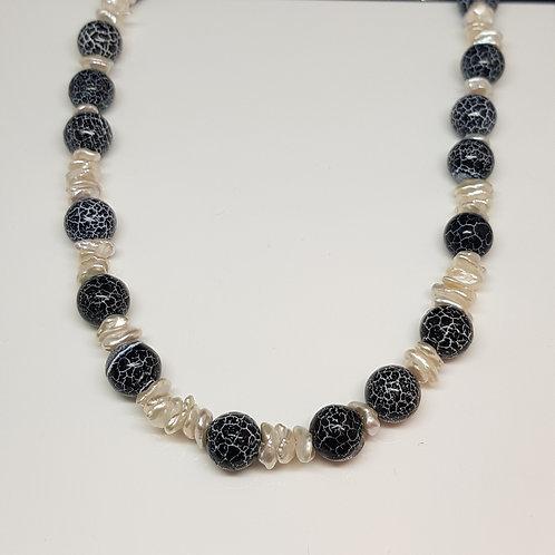 Collier schwarz/weiß mit edler Keshi-Perle und behandeltem Achat