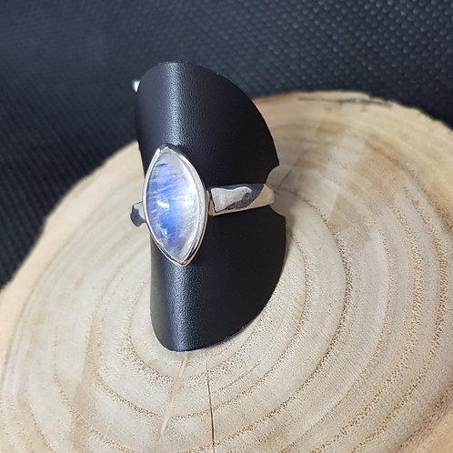 Silberring mit Regenbogenmondstein-Navettecabochon
