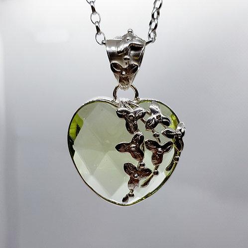 Lichtgrüner Obsidian, floral gefasst als Anhänger, von Tipico Eigenart