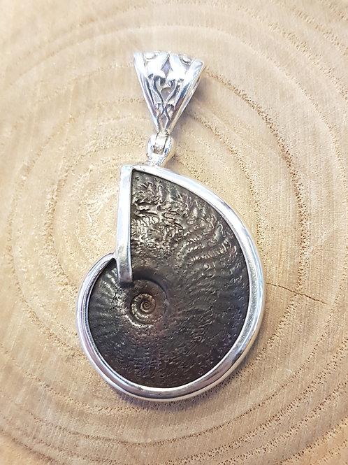 Silberanhänger mit Ammonit