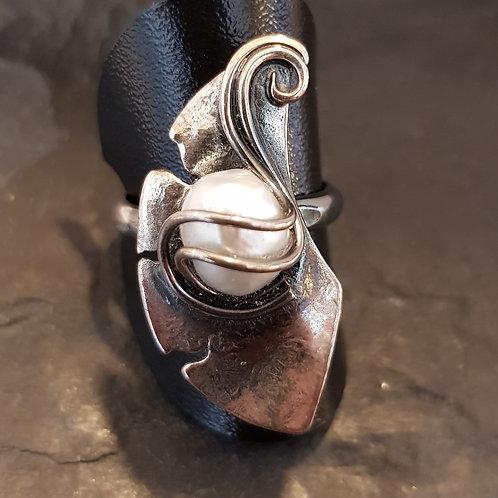 Silberring, antik geschwärzt mit Süßwasserzuchtperle, von Büttnerschmuck