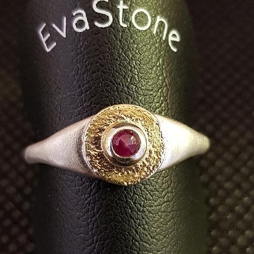 Designerring Sterlingsilber teilvergoldet mit einem Rubin, von EvaStone