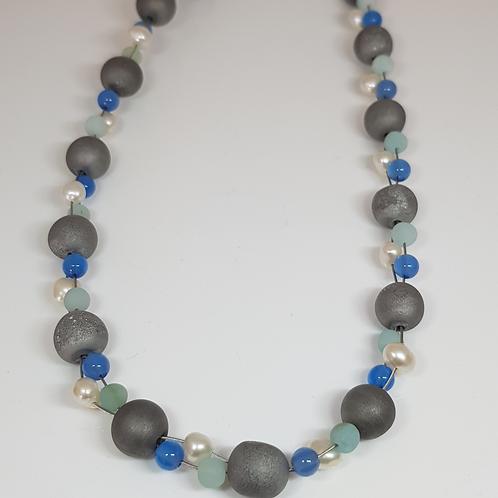 Collier mit grauen Achatkugeln, blauen Steinperlen und Süßwasserzuchtperle