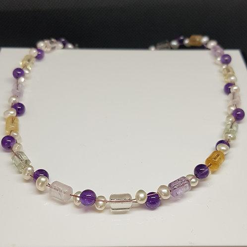Zart pastellfarbene Sommerkette mit diversen Quarzen, Amethyst und Perle