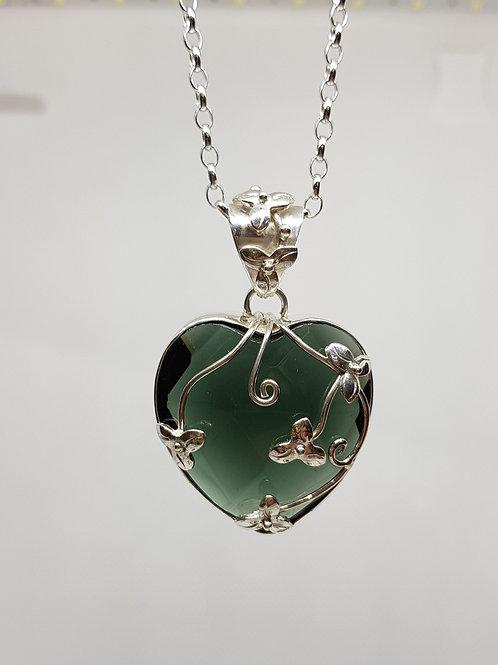 Grünes Obsidian-Herz floral gefasst in 925er Silber, von Tipico Eigenart
