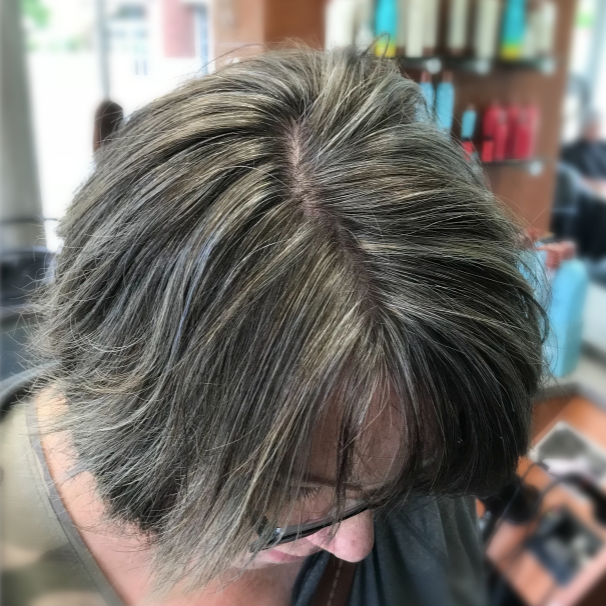 Woman who Kimberly matched her hair with her grey growout