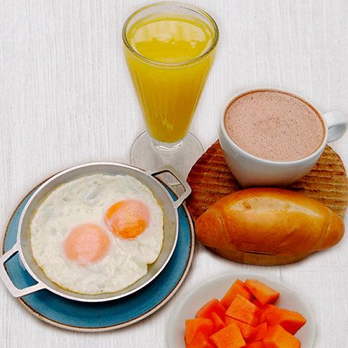 Combo con fruta, huevos y bebida