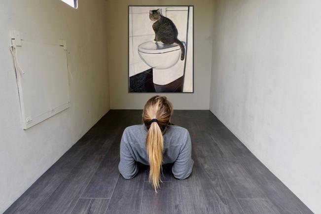 Eilish Dwyer - Camilla watching me bathe (2019) Oil on canvas (60 x 45 cm) - Courtesy of the artist.