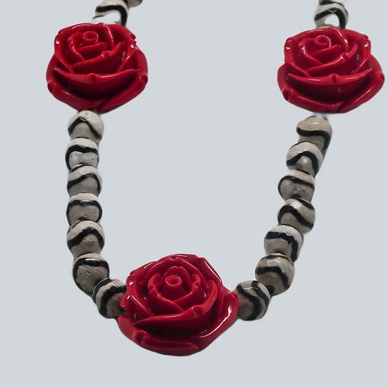 "CD279 - Dzi ""Black Wave"" faceted agate bead necklace with red roses"