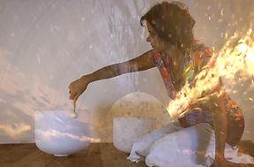 Elina am Gong und Klangschalen aus AmOhr