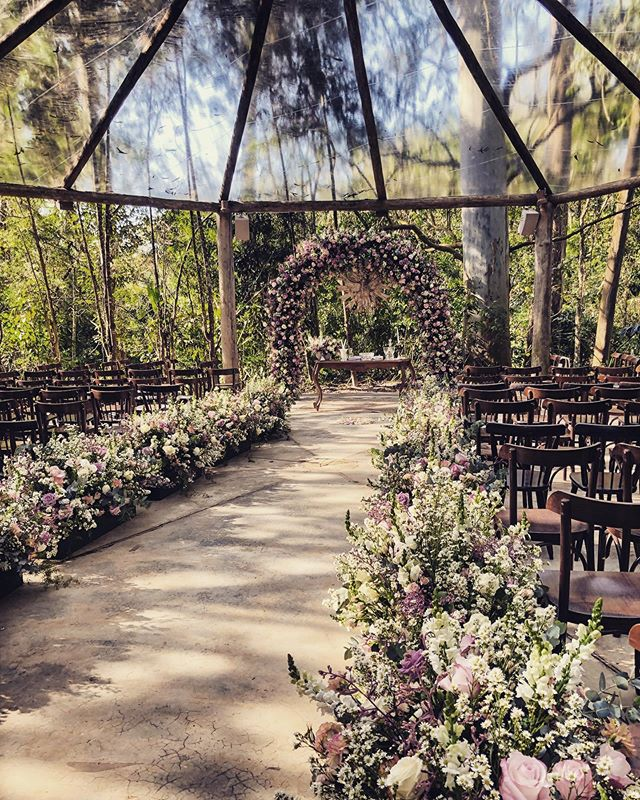 Um casamento ao ar livre e protegido das