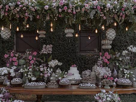 5 dicas de decoração para a mesa de bolo e doces em um casamento ao ar livre