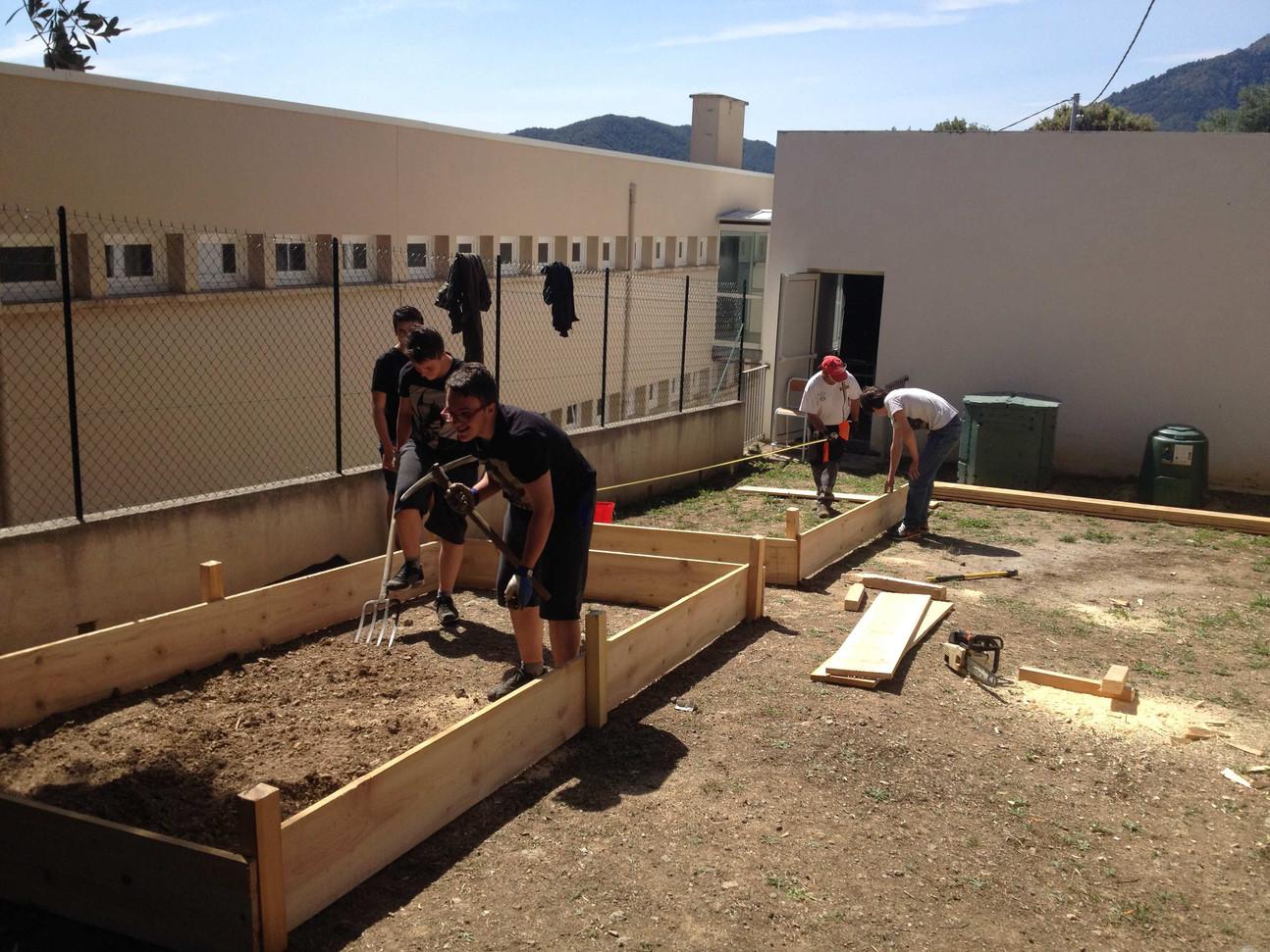 Travailler dehors, créer, mettre en place un plan, préparer les matériaux et faire la mise en place...