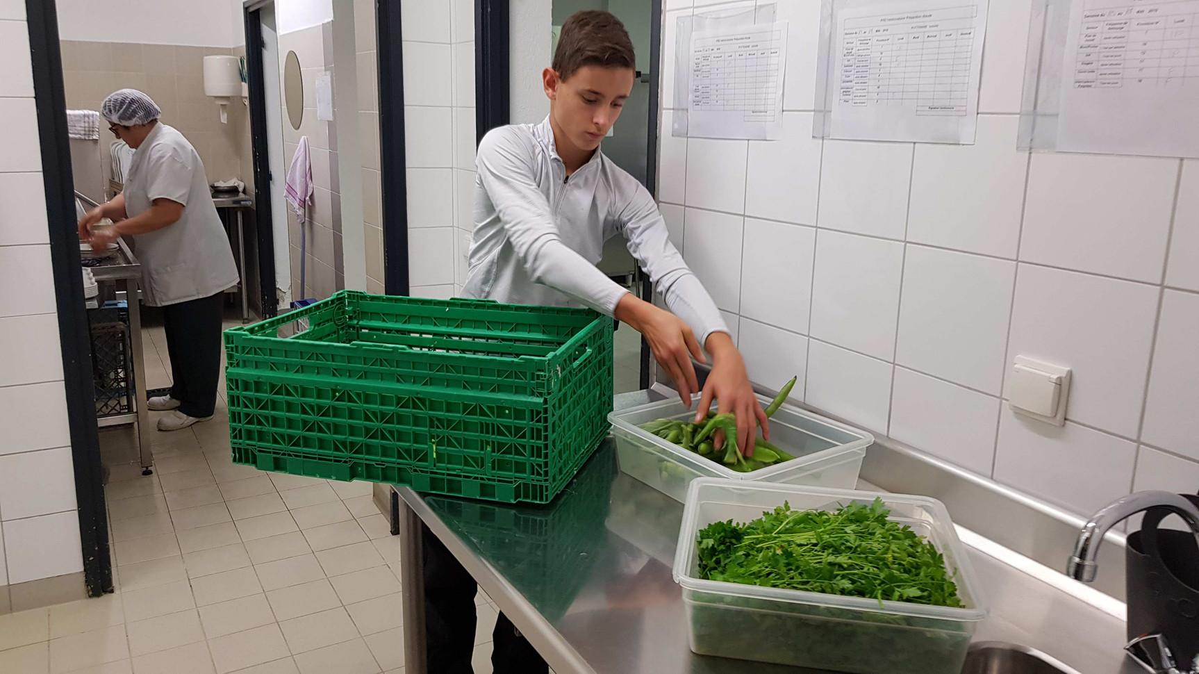 Dépose des légumes en cuisine...