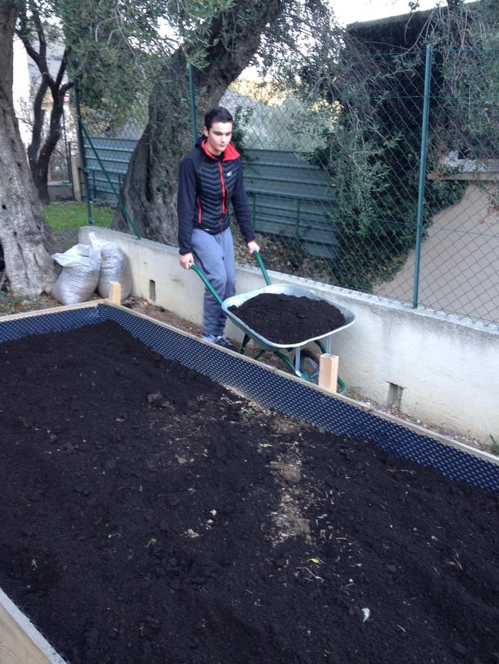 Remplissage des bacs avec du compost....