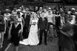 Langzeitbelichtung einer Hochzeitsgesellschaft. Das Bild wirkt stark durch seine Dynamik