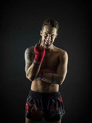 Kampfsport Shooting. Dieses Fotovom Kickboxer entstand als ich das Model bischen ärgerte. Spass beim  Fotografieren zu haben ist sehr wichtig. Es entstehen einfach viel die besseren Fotos.