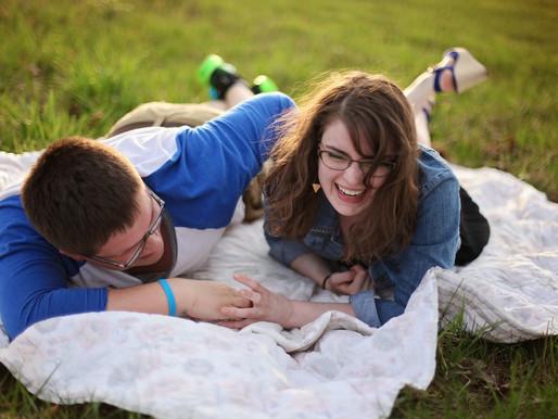 ההומור והצחוקים בשירות הזוגיות