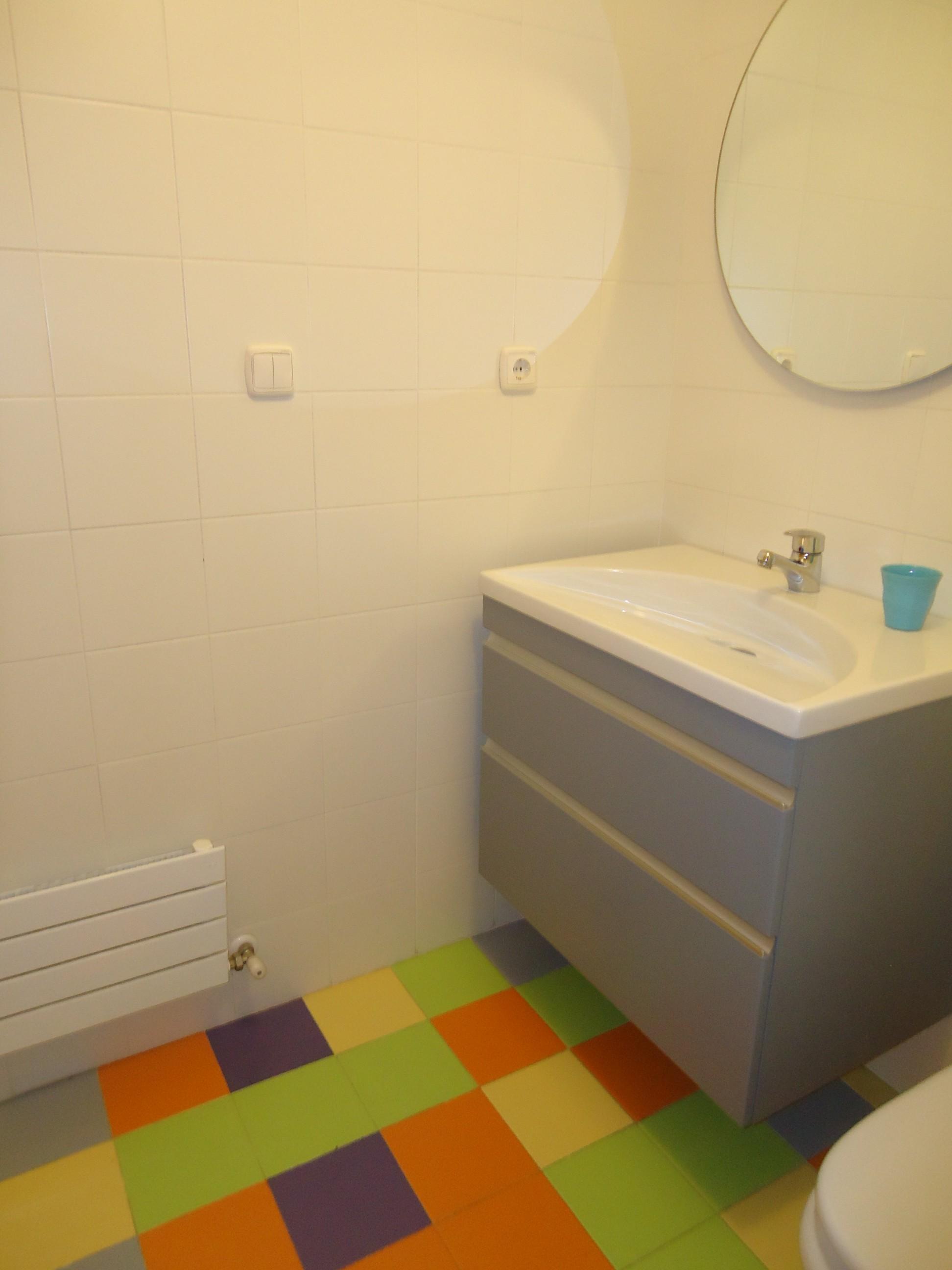 Mobiliario suspendido en baño