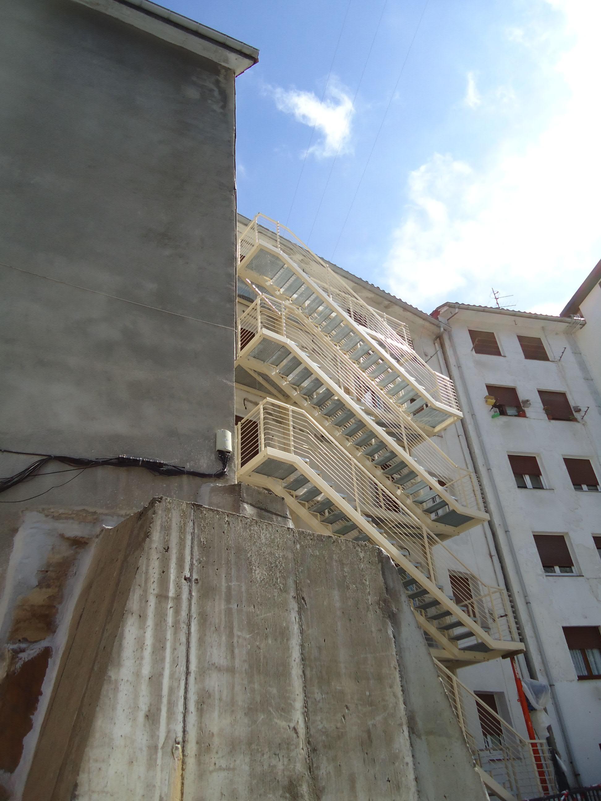 escaleras metalicas exteriores