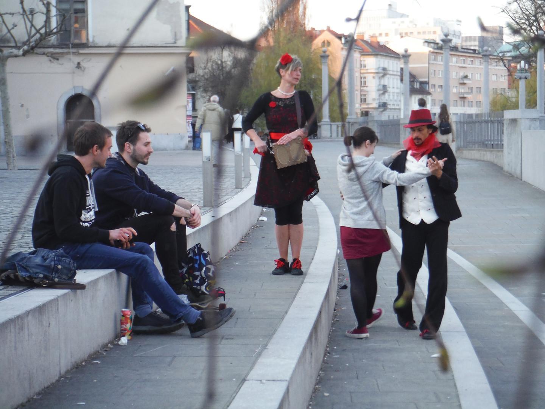 TANGO Si TANGO Ljubljana, Slovenija. April 2018 S prihodom poletja si bom nadel navade uličnega igralca. Prestavil bom ročico in nabrusil pete, da bom ljudi spodbudil k plesu in sogibanju. Tango je ena od mojih strasti. Dobil sem priložnost, da sodelujem v ulični predstavi, kjer s soplesalko pleševa tango in vabiva ljudi, da se nama pridružijo.  TANGO Si TANGO Ljubljana, Slovenia. April 2018. Now that sumer is coming I will put on my street performance habits. I will turn the handle and move the feet to engage people to dance and move into the flow. Tango is one of my passions and I have the chance to work in a street performace act where we are dancing tango and inviting people to dance with us.