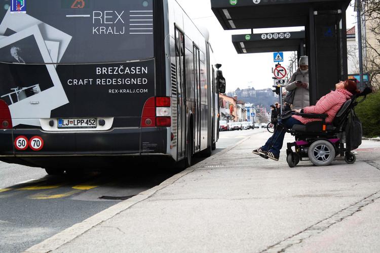 trola ... pohitim na trolo. Prva nima rampe, do naslednje je 20 minut, zato si malo odpočijem ...  Bus ... I hurry to catch the bus. The first one doesn't have a ramp, the next one won't arrive for twenty minutes, so I take a short rest...