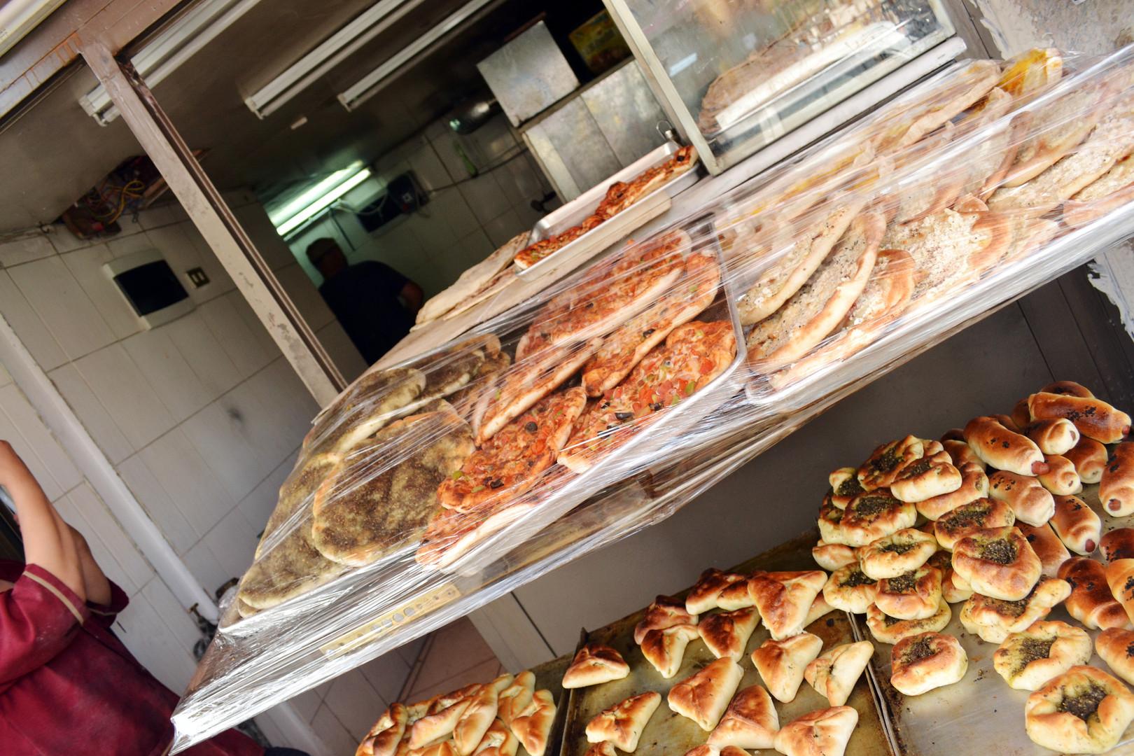 To so jedi iz Levanta – Sirije, Jordanije, Palestine in Libanona. Pecivo, polnjeno z mesom ali sirom, za'tarom (začimbami) ali špinačo. Slastno, a vendar so najboljše pite tiste, ki jih speče moja mati.  This is the food of the Levant - Syria, Jordan, Palestine and Lebanon; the pastries filled with meat or cheese, za'tar or spinach. Delicious, but still, the best pies are those that my mother makes.