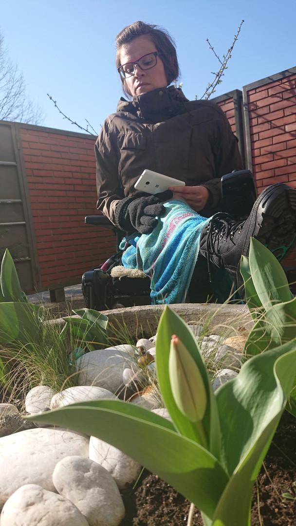 Ujeta v dejanju slikanja svojega vrta.  Caught in the act of photographing her garden.
