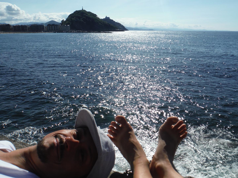 PROTI JUGOZAHODU Foto: Polona Prosen San Sebastian, Pais Vasco, Španija. Julij 2016 Pred skoraj sedmimi leti sem prišel z druge strani Atlantika. V Evropo sem sledil svojo ljubezen in sanje, da bi se preživljal kot klovn. Zdaj sem poročen s Slovenko ter delam kot igralec in klovn v Sloveniji in okolici.   POINTING TO SOUTH-WEST.  Photo by Polona Prosen San Sebastian, Pais Vasco, Spain. July 2016 Almost 7 years ago I came from the other side of the Atlantic. I came to Europe following love and the dream of living from clowning. I am now marriend to a Slovenian woman and I work as an actor and a clown in Slovenia and its sourroundings.