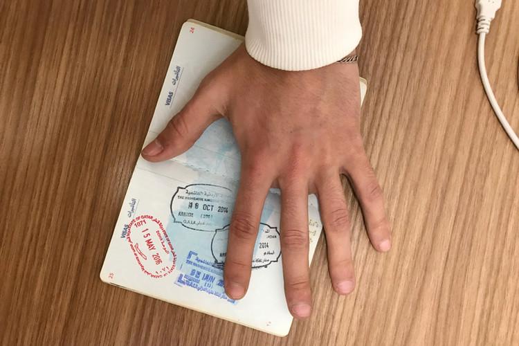 Potni list, še posebej sirsko.palestinski potni list, ki ga izdajo palestinskim beguncem v Siriji, je močno vplival na moje življenje in je bil pravzaprav razlog za njegovo uničenje. Z njim je bilo zelo težko potovati kamor koli. V njem je datum, ki v mojem življenju nosi velike in žalostne posledice. Petnajstega maja 2016 sem zapustil Katar. Potem se je vse v mojem življenju spremenilo. Imel sem sanje, a so izginile.  A passport, especially the Syrian-Palestinian passports that are given to Palestinian refugees in Syria, had a big effect on my life and in fact was the reason for destroying it. It made it really hard for me to travel anywhere. There is a date inside of it that has a strong and sad impact on my life. On May 15, 2016 I left Qatar. Then everything in my life has changed. I had dreams, and they were flushed away.