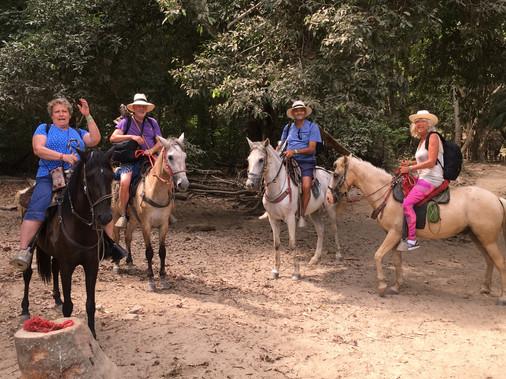 MATERE IN OČETJE NA KONJIH Tayrona Naturla Park, Magdalena, Kolumbija. Marec 2019 Sem srečen človek. Prihajam iz ljubeče družine in imam čudovite prijatelje. Že od rojstva sem bil vedno v dobri družbi. Konji so bili pomemben del mojega življenja in vedno sem hvaležen za trenutke, ko jih srečam na svojih potovanjih.  MOTHERS AND FATHERS ON HORSES  Tayrona Naturla Park, Magdalena, Colombia. March 2019 I am a lucky person. I come from a loving family and I have wonderful friends. Since I was born I have been very well surrounded and accompanied.  Horses have been an important part of my life, I am always greatful when encountering them during my travelings.