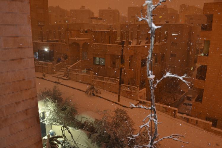To fotgrafijo sem posnel v Jordaniji, kjer sem drugič v življenju videl sneg. Bil sem vesel in hkrati žalosten – hvaležen sem za to lepoto, a ne maram mrzlega vremena. Tu v Sloveniji mi mrzlo vreme pravtako otežuje življenje, saj sem navajen na katarsko klimo, kjer zimske temperature segajo do 20 stopinj Celzija.  I took this photo in Jordan, it was the second time i have seen snow in my life. I was happy and sad at the same time - I appreciate the beauty of it, but I don't like cold weather. Here in Slovenia, the cold weather makes life more difficult, too, as i am used to live the climate of Qatar, where winters go up to 20 degrees celsius.