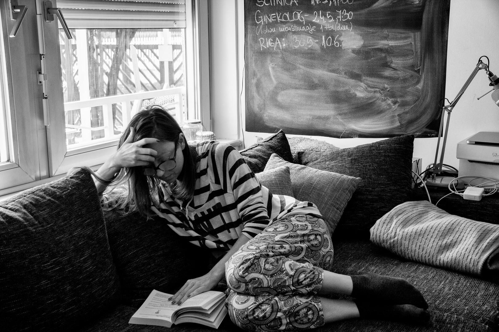 """Uporaba kavča je lahko namenjena tudi drugim stvarem ne samo sproščanju - včasih je namenjena tudi šraufanju«.  The couch can be used for more than just relaxing - sometimes you can use it for """"fastening things""""."""