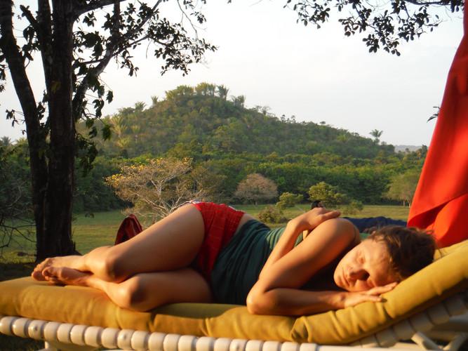 DREMEŽ Finca El reposo, Los llanos Orientales, Meta, Puero Lopez, Kolumbija. Januar 2018 Sva na družinski kmetiji. Ona drema. Hvaležen sem, da lahko ljubim in da sem ljubljen. Ljubezen je človeška posledica zaupanja in odločitve.  TAKING A NAP Finca El reposo, Los llanos Orientales, Meta, Puero Lopez, Colombia. January 2018  She is taking a nap. We are at the family farm. I am thankful of being able to love and to be loved. Love as a human consequence of trust and decision.